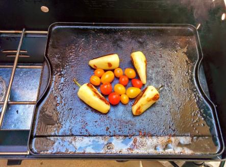 grillin chiles y tomates